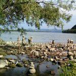 Varázslatos kőtornyok tarkítják a partokat